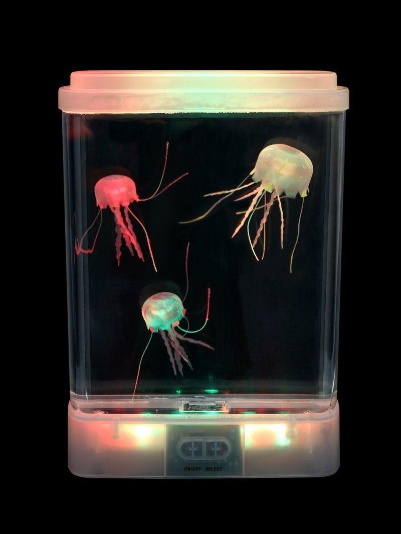 Spīdošs akvārijs ar medūzu